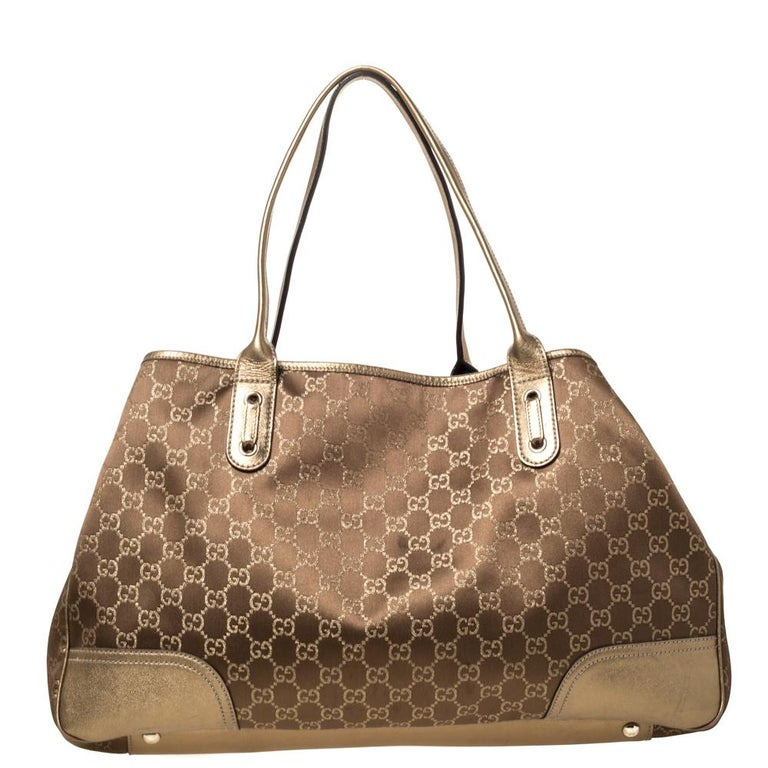 Renowned for its exclusive craftsmanship, this Gucci bag will live up to your expectations. A splendid complement to your dress will be this popular bag in brown and gold. This sleek and spacious GG fabric bag is luxurious enough to elevate any