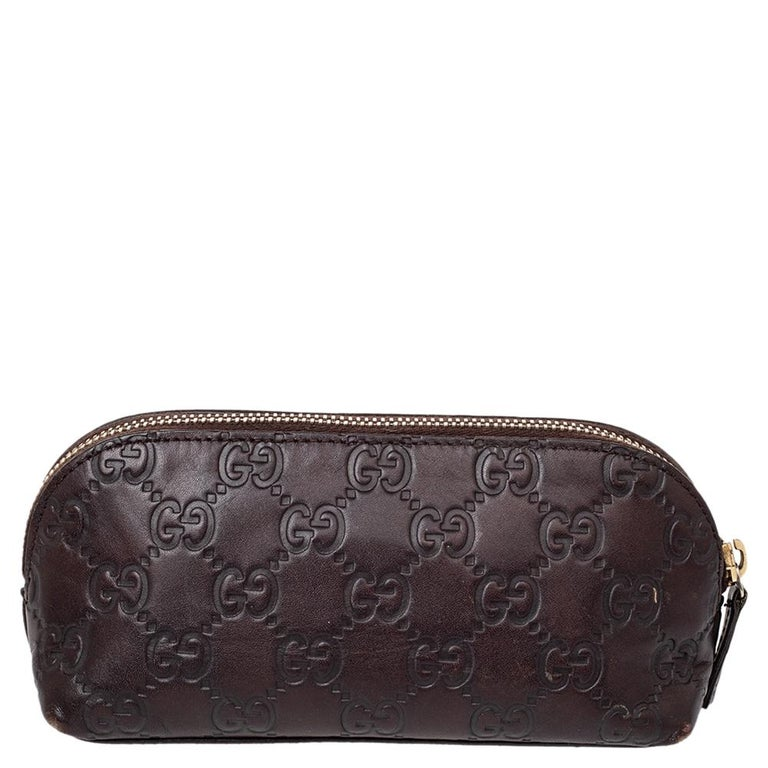 This women's pouch from Gucci has been made using Guccissima leather in Italy. It has a fabric interior secured by a zipper on top. The handy pouch will carry your stationery or small make-up essentials, and other accessories.