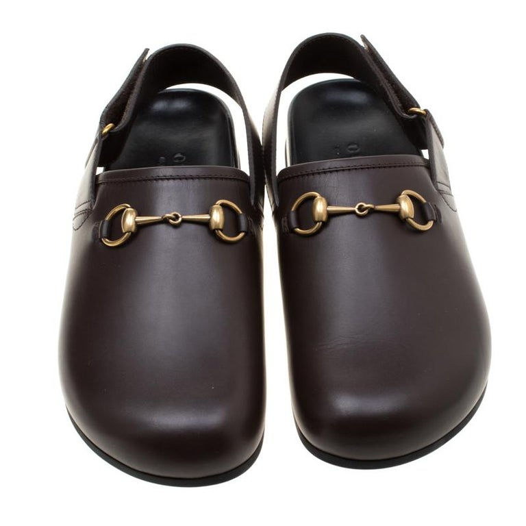 To perfectly complement your casual attires, Gucci brings you this pair of River slippers that speak nothing but high style. They've been crafted from leather and designed with round toes and the Horsebit detail in gold-tone on the uppers. The
