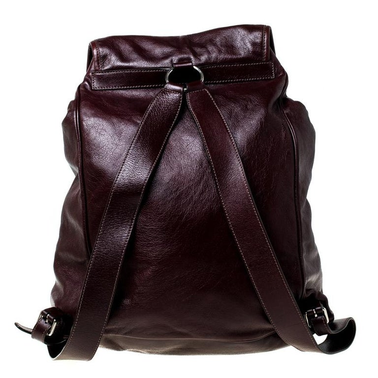 We love anything Gucci, and currently, this backpack has left us smitten! This backpack boasts of fabulous style and outstanding details. It is crafted from leather and is adorned in a burgundy hue featuring two zipped pockets on the front. The bag