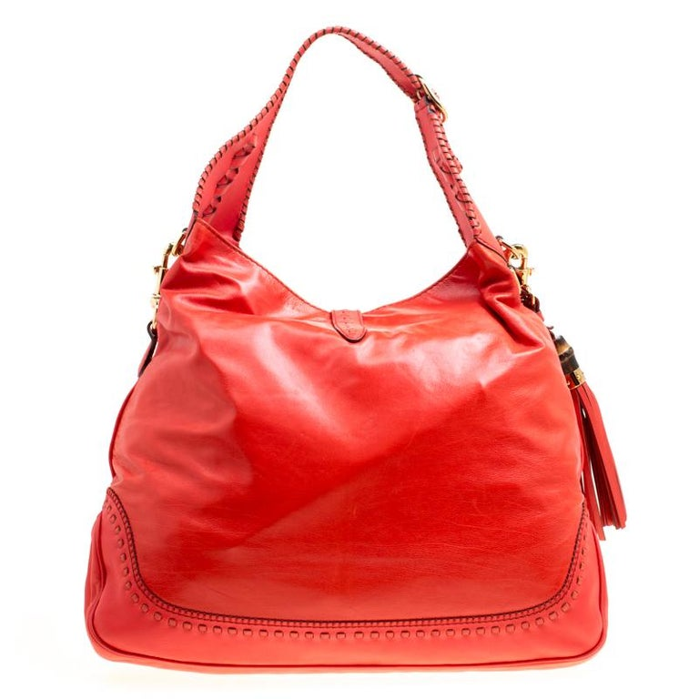 A handbag should not only be good-looking but also durable, just like this lovely coral red New Jackie hobo from Gucci. Crafted from leather in Italy, this gorgeous number has the signature closure that opens up to a spacious nylon interior.
