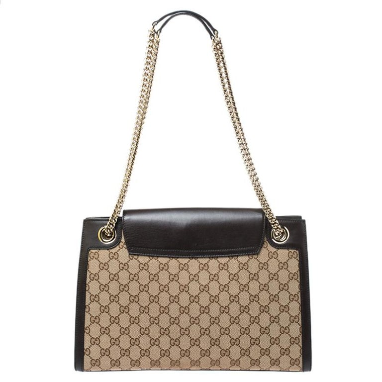 Gucci's handbags are not only well-crafted but they are also coveted because of their high appeal. This Emily Chain shoulder bag, like all of Gucci's creations, is fabulous and closet-worthy. It has been crafted from GG canvas and leather and styled