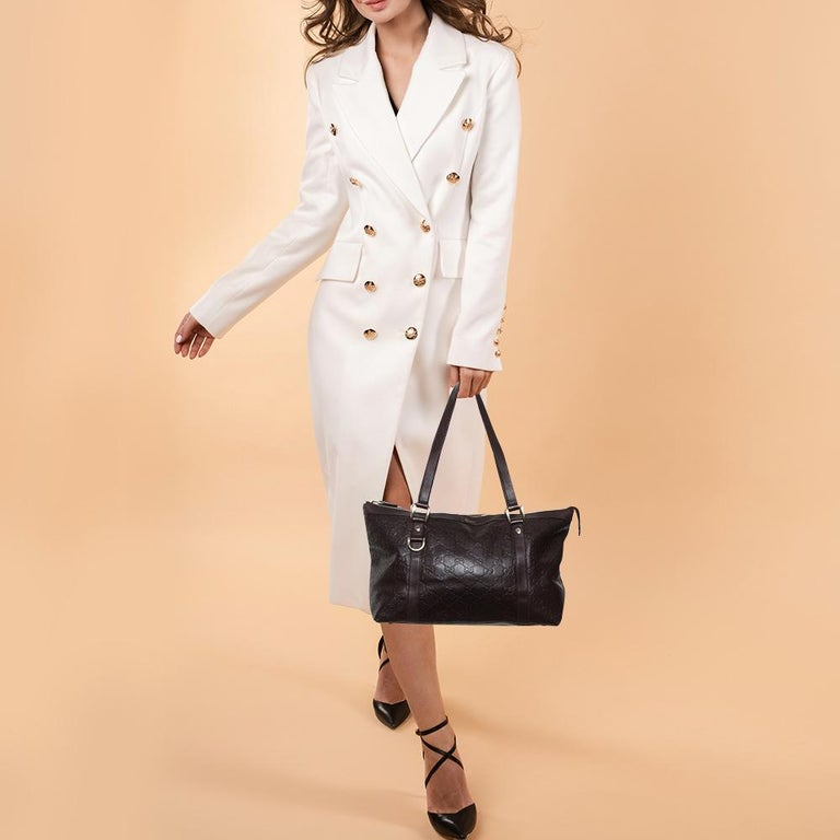 Gucci brings to you this amazing Abbey tote that is a classic. Made in Italy, this dark brown tote is crafted from the signature Guccissima leather and features dual top handles. It opens to a fabric-lined interior with enough space to hold all your