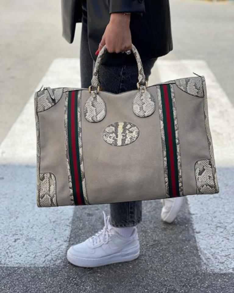 Gucci bag, made of beige suede with python inserts and golden hardware.  Equipped with a zip closure, internally lined in black leather, very roomy.  Present two rigid handles in python and a removable and adjustable 5 cm wide shoulder strap in