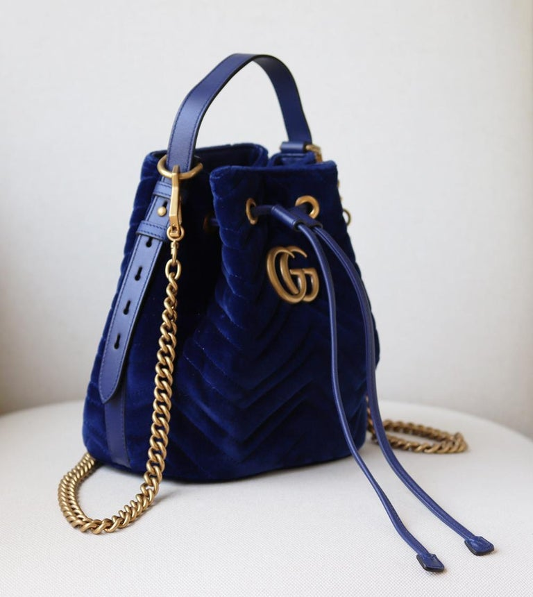 Gucci GG Marmont Leather-Trimmed Quilted-Velvet Bucket Bag In Excellent Condition For Sale In London, GB