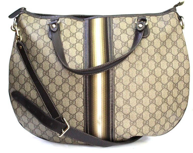 Gucci bag in the classic GG supreme canvas in beige color. The bag is finished in dark brown leather. It is worn over the shoulder, on the shoulder but also carried by hand. This bag is excellent for daily use given the size and the ability to carry