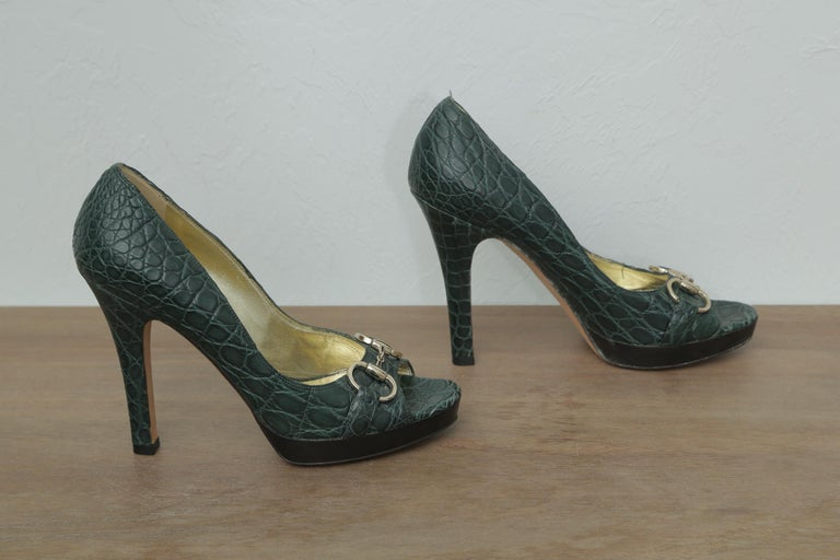 Gucci Green Crocodile Pumps   In Excellent Condition For Sale In West palm beach, FL