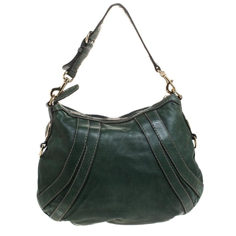 This Gucci Hysteria bag is built for everyday use. Crafted from leather, it has a green leather exterior and a single handle for you to easily parade it. The fabric insides are sized well and the bag is complete with the signature
