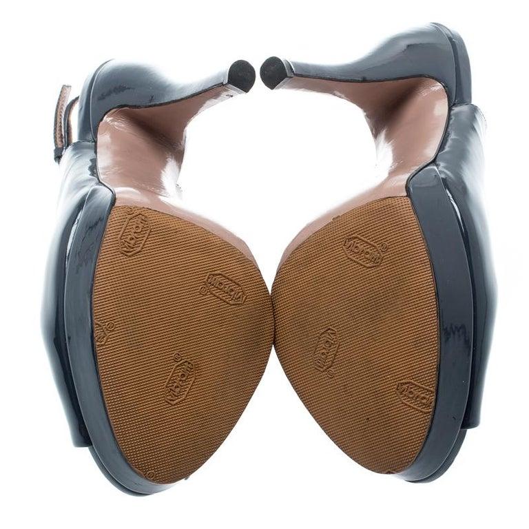 Gucci Grey Patent Leather Peep Toe Slingback Sandals Size 35.5 In Good Condition For Sale In Dubai, Al Qouz 2
