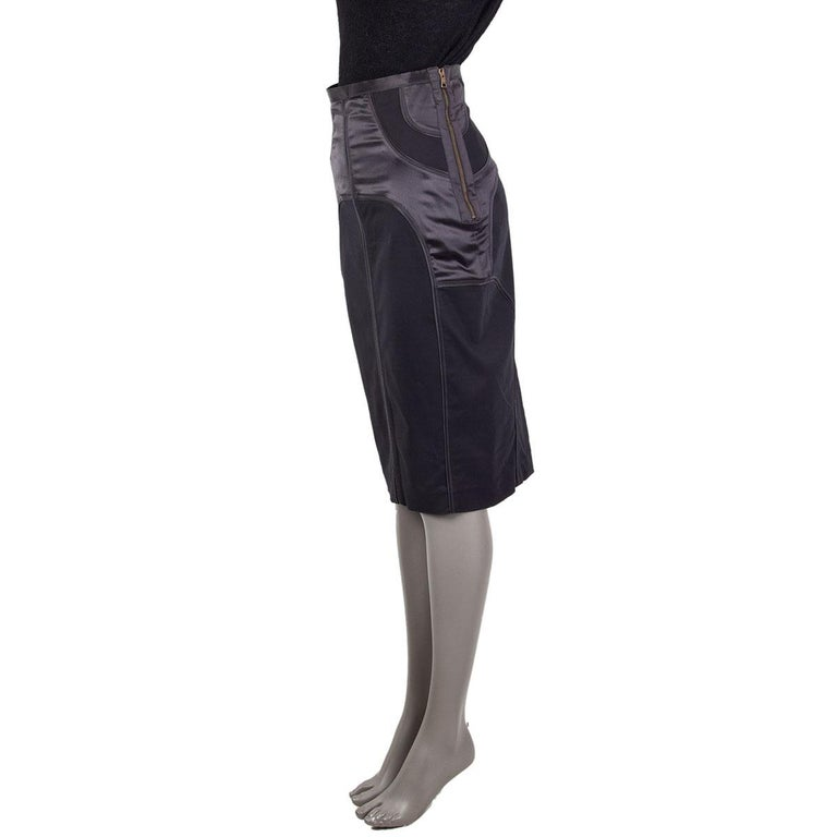 Gucci structured pencil skirt in anthracite grey viscose (57%), polyamide (35%), elastane (5%) and silk 3%. Top part lined in viscose (62%) and polyester (38%). Opens with a zipper on the side. Has been worn and it is in excellent condition.  Tag