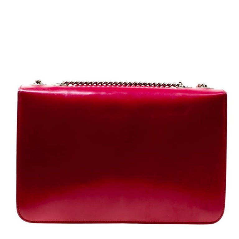 Dazzle the eyes that fall on you when you swing this stunning Gucci creation. Crafted from patent leather in a breathtaking hot pink hue, the shoulder bag is styled with a flap that has the interlocking GG. The bag has a spacious leather interior