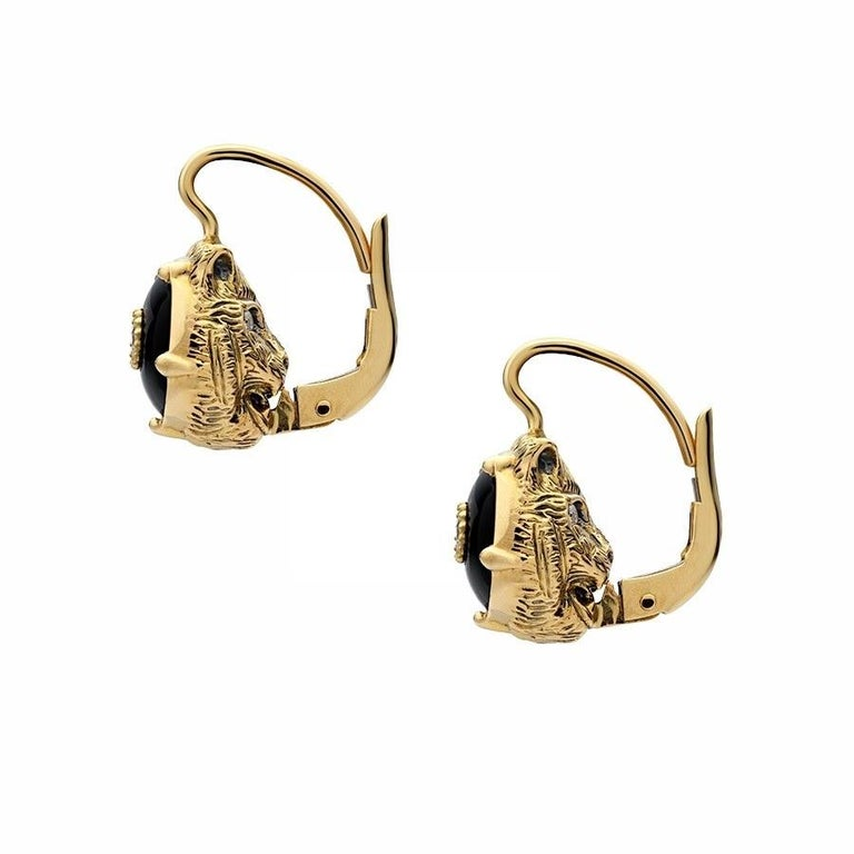 The feline head continues to be a defining motif of the House, incorporated within the Le Marché des Merveilles collection. Crafted from 18k yellow gold, it is enriched with diamond-set eyes and a black onyx with a center diamond on the opposite