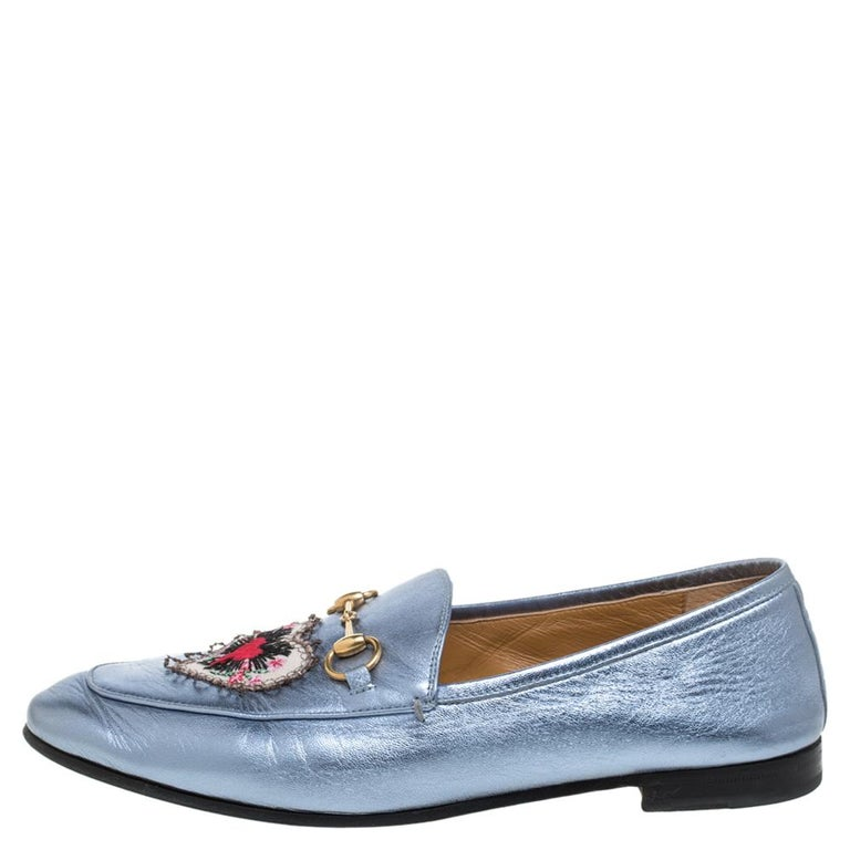 Exquisite and well-crafted, these Jordaan Gucci loafers are worth owning. They have been crafted from leather and they come flaunting a metallic blue shade with the signature Horsebit details and embroidered heart patches on the uppers. Endowed with