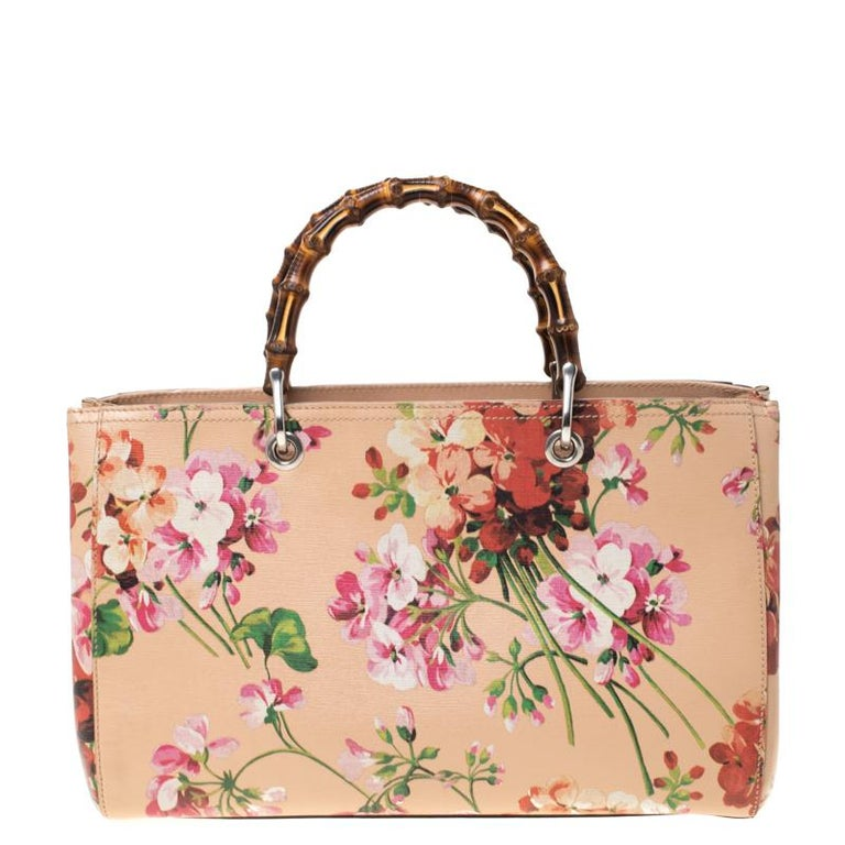 Handbags as fabulous as this one are hard to come by. So, own this gorgeous Gucci tote today and light up your closet! Crafted from blooms-printed leather, this stunning number has a spacious canvas interior and is wonderfully held by a shoulder