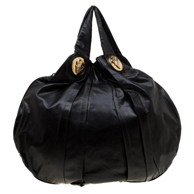 This Gucci Hysteria hobo is built for everyday use. Crafted from leather, it has a multicolor exterior and two handles for you to easily parade it. The nylon insides are sized well and the hobo is complete with the signature emblems.  Includes: