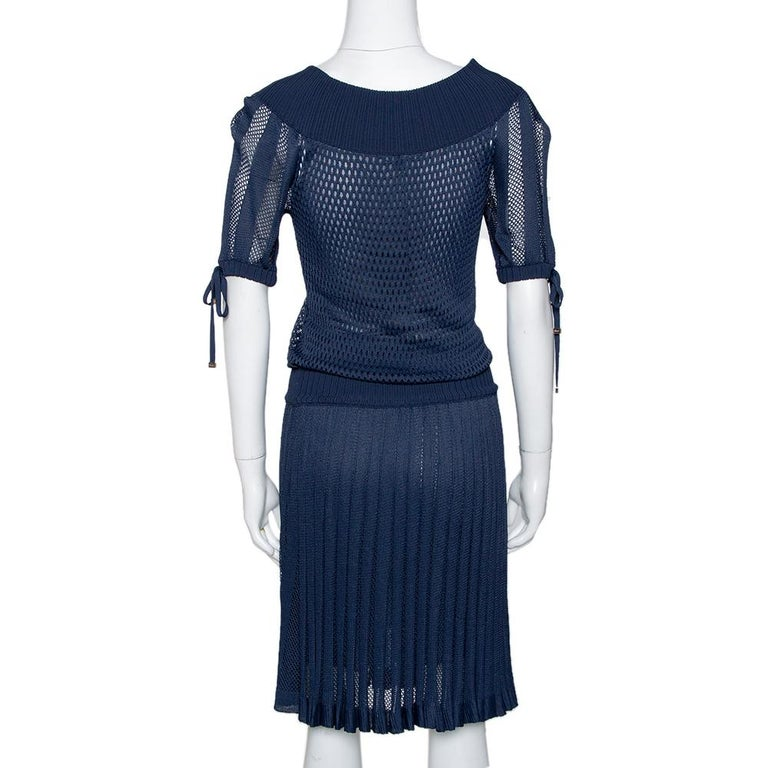 This lovely midi dress by Gucci will make sure you are the talk of the town on your next day-out with your friends. Crafted from quality knit, it has a perforated knit exterior that carries a shade of navy blue. It has a wide neck, short sleeves,