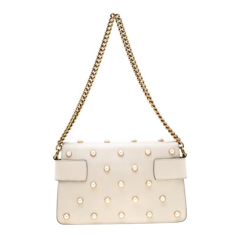 As one of the world's leading luxury fashion brands, Gucci has a renowned reputation for creativity, innovation, and Italian craftsmanship. This off-white shoulder bag is crafted from leather and features an elegant silhouette. It flaunts a front