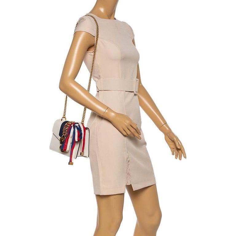 Gucci Off White Leather Mini Web Chain Sylvie Shoulder Bag In Good Condition In Dubai, Al Qouz 2