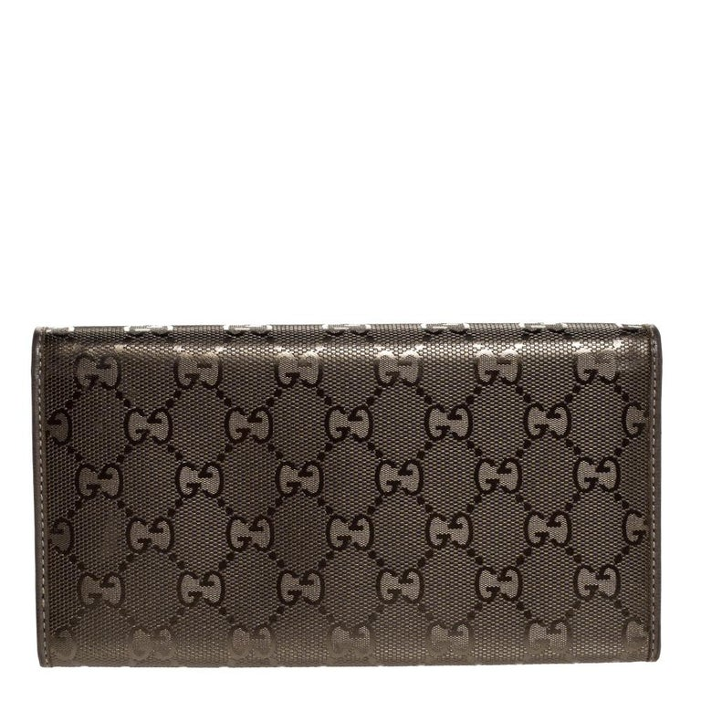 Amp up your accessory game with this stylish continental wallet from Gucci. Crafted in Italy and made from the brand's GG Imprime canvas, the wallet comes in a lovely shade of pale green. It has multiple card slots and compartments for all your