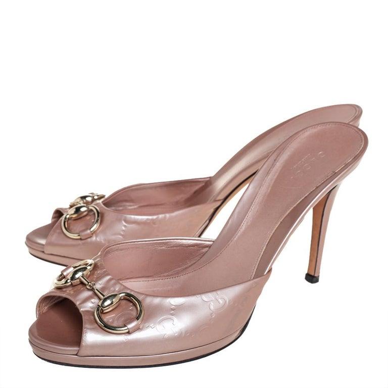 Gucci Pale Pink Guccissima Patent Leather Horsebit Slide Sandals Size 40 In Good Condition For Sale In Dubai, Al Qouz 2