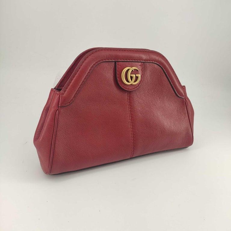 - Designer: GUCCI - Model: Rebelle - Condition: Very good condition.  - Accessories: None - Measurements: Width: 27cm, Height: 19cm, Depth: 4cm, Strap: 135cm - Exterior Material: Leather - Exterior Color: Red - Interior Material: Suede - Interior