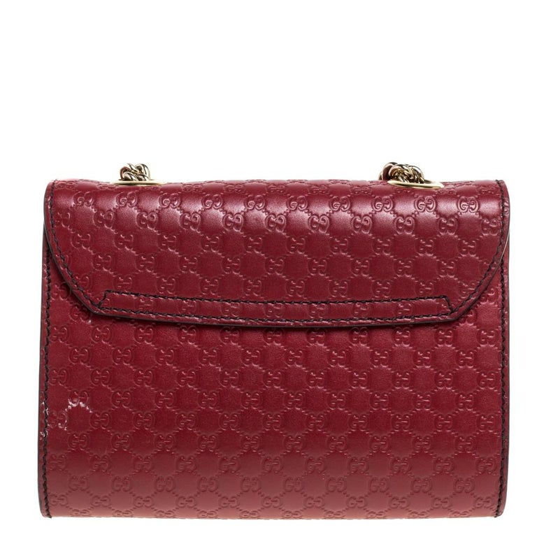 Gucci's handbags are not only well-crafted but they are also coveted because of their high appeal. This Emily Chain shoulder bag, like all of Gucci's creations, is fabulous and closet-worthy. It has been crafted from Microguccissima leather and