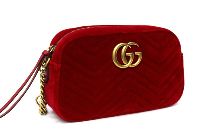 Camera bag Gucci Marmont line format bag, made of red velvet with golden hardware.  Zip closure, internally quite large.  Very good condition.