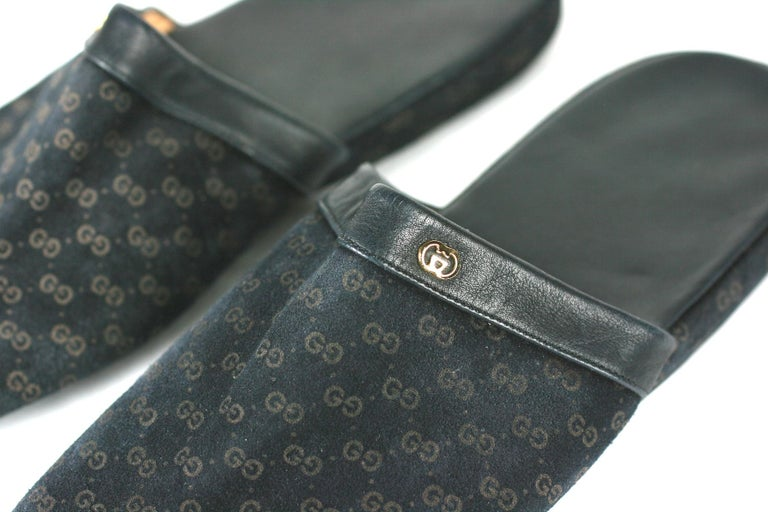 Gucci Suede Logo Slippers In Excellent Condition For Sale In Riverdale, NY