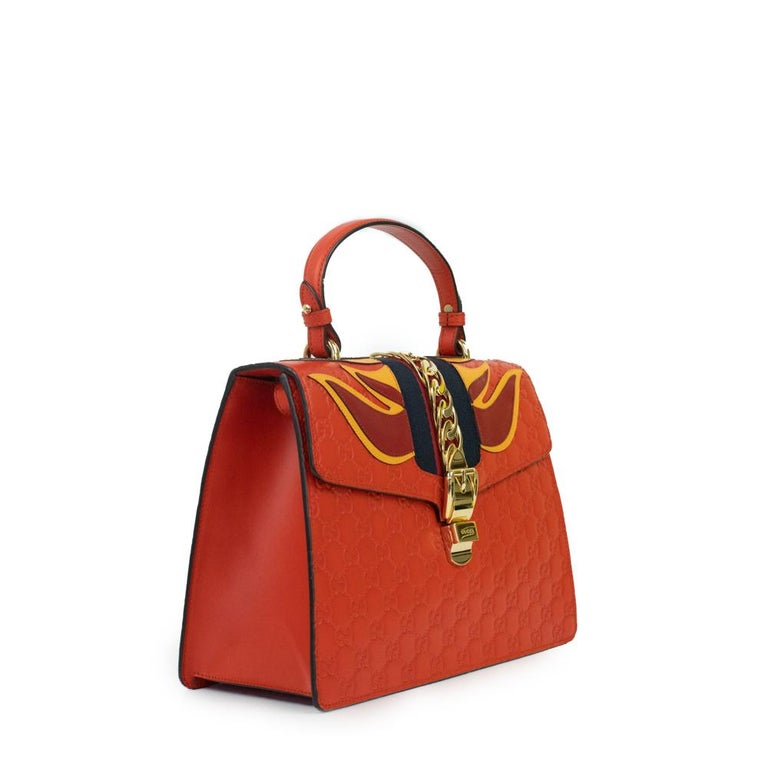 - Designer: GUCCI - Model: Sylvie - Condition: Very good condition. Stain at the side of the bag, Few scratches - Accessories: Dustbag - Measurements: Width: 30cm, Height: 20cm, Depth: 12cm, Strap: 96,5cm - Exterior Material: Leather - Exterior