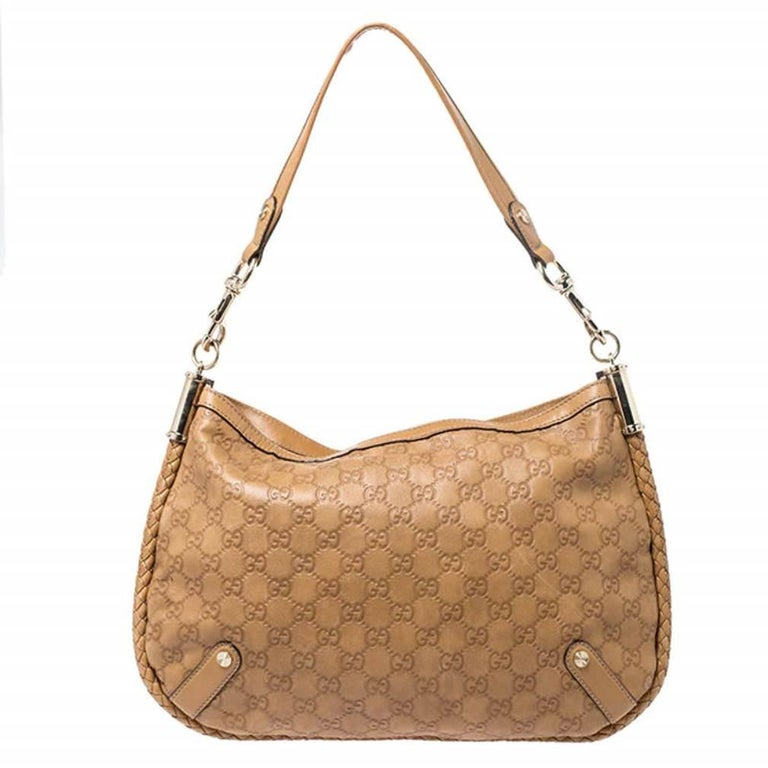A smart companion for your outings, this wondrous Medium Britt bag by Gucci is one of its kind. It has been crafted in tan Guccissima leather. The contours feature braided trim and the exterior comes with a shoulder strap and gold-tone hardware