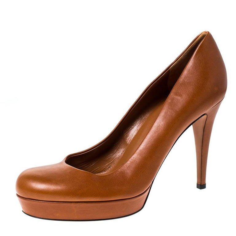 Have a great day while flaunting this pair of ravishing tan pumps. Coordinate your outfit with this Gucci pair. Made of leather and designed with platforms and 11 cm heels, these pumps are quite the sophisticated add-ons to your ensemble.  Includes: