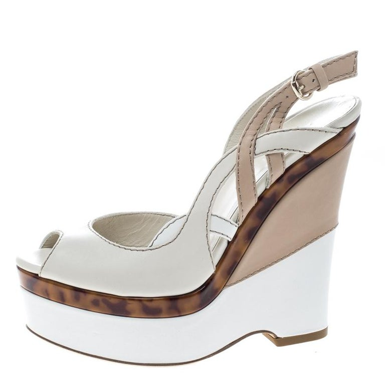 Gucci Two Tone Leather Kotao Tortoise Peep Toe Wedge Sandals Size 37 In Excellent Condition For Sale In Dubai, Al Qouz 2