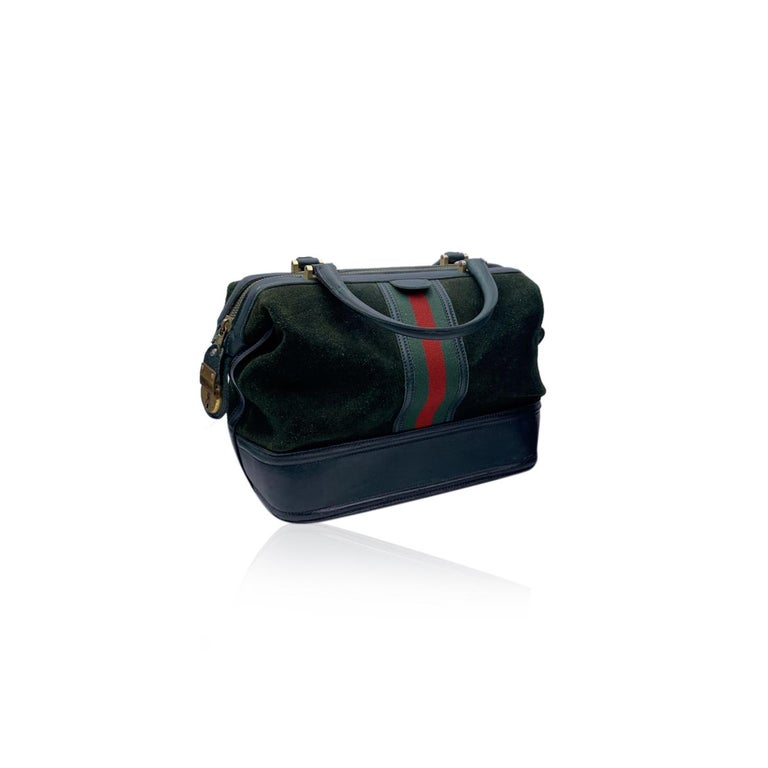 Splendid vintage train case by GUCCI, from the early 1970s. The case is crafted in green suede with genuine leather trim. The case has a beautiful, distinctive doctor bag structure. Rolled leather top handles. Upper zipper closure with side key