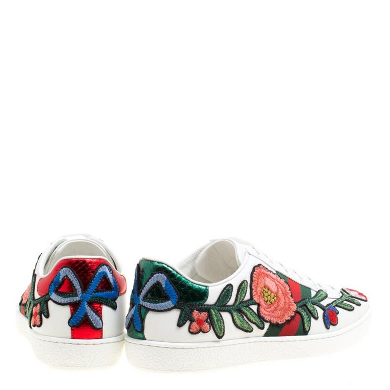 03743023a96 Gucci White Floral Embroidered Leather Ace Low Top Sneakers Size 36.5 In  Excellent Condition For Sale