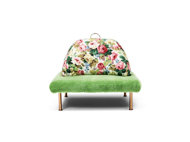 A square meter of English-style lawn comes into your house and becomes an armchair with a decidedly English taste in a pop key. Wimbledon recalls the most classical atmosphere of British decor with a contemporary and amusing twist, which is as