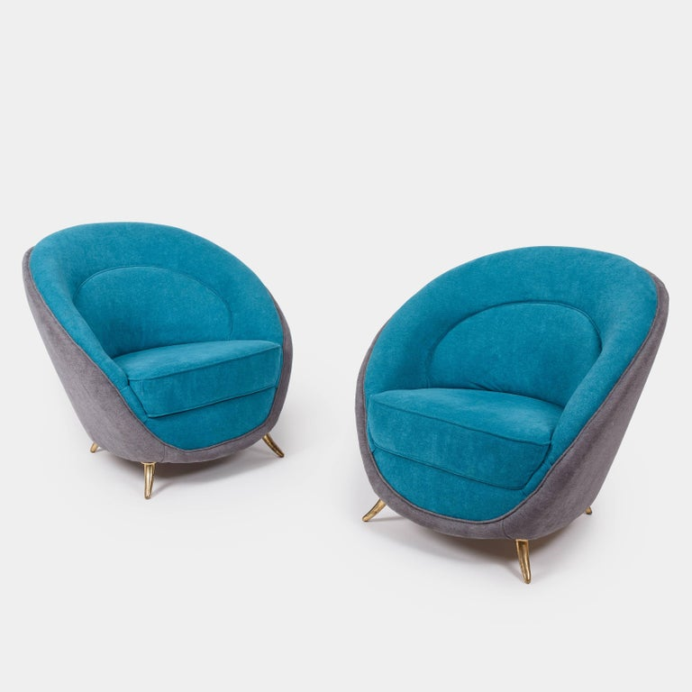 Designed by Guglielmo Veronesi for ISA Bergamo, this pair of beautifully curved back armchairs ends on patinated brass legs, Italy, 1950s. Restored and newly upholstered.