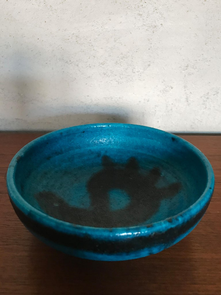 "Mid-Century Modern design ceramic bowl designed by Italian artist Guido Gambone with ""Gambone Italy"" printed under the base, 1950s.