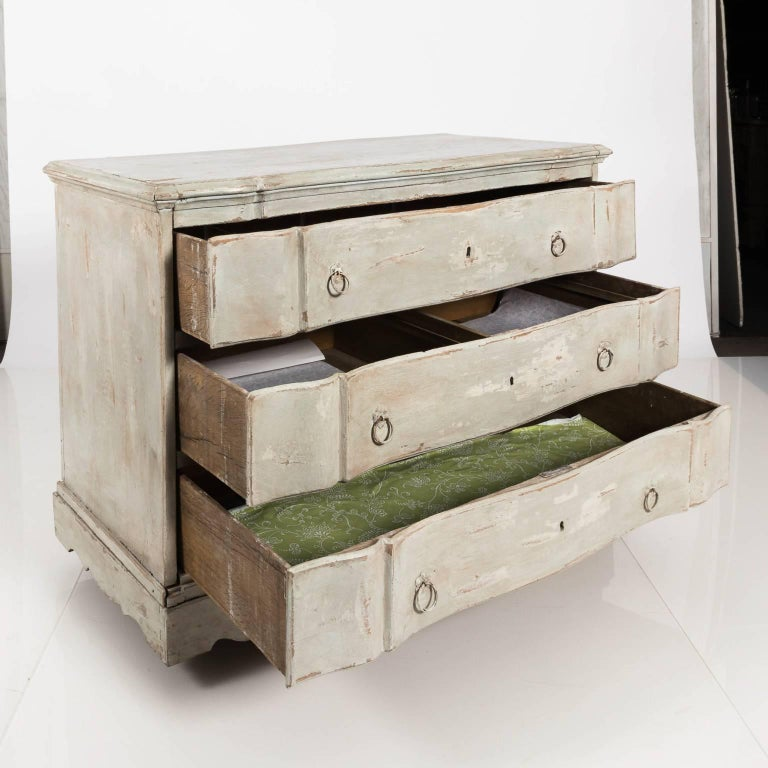 Gustavian Serpentine Chest of Drawers In Good Condition For Sale In Stamford, CT