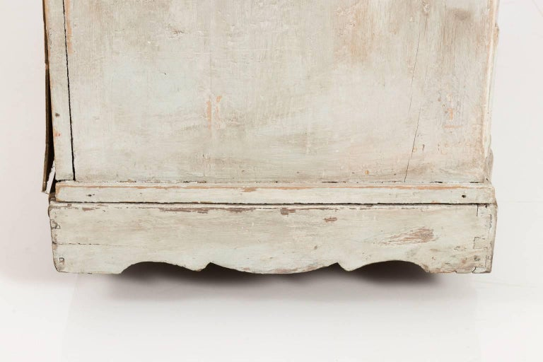 Gustavian Serpentine Chest of Drawers For Sale 2