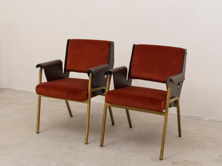 Iconic pair of Mid-Century Modern armchairs by architect Gustavo Pulitzer Finali, originally designed for San Marco motor vessel and produced by Arflex in 1955. Rarer (yet published) version with gilded metal base. Reupholstered in velvet and