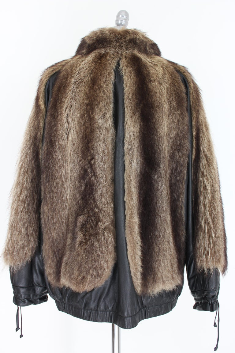 Guy Laroche vintage 80s leather and fur jacket. Short bomber jacket at the waist. Fox fur and black leather. Closure with clip buttons, leather drawstring both on the sleeves and on the neck. Pockets on the hips, elastic waist. Internally lined.