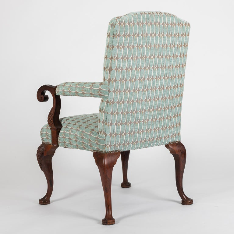 Hand Carved English Georgian Style Armchair in Kravet Fabric, Late 19th Century In Excellent Condition For Sale In Porto, PT
