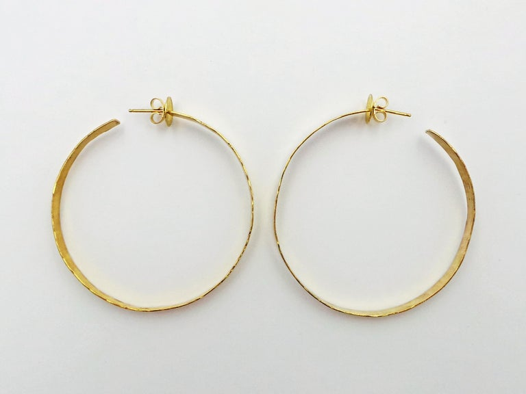 Hand Forged 18 Karat Yellow Gold Hammered Hoop Earrings In New Condition For Sale In Naples, FL