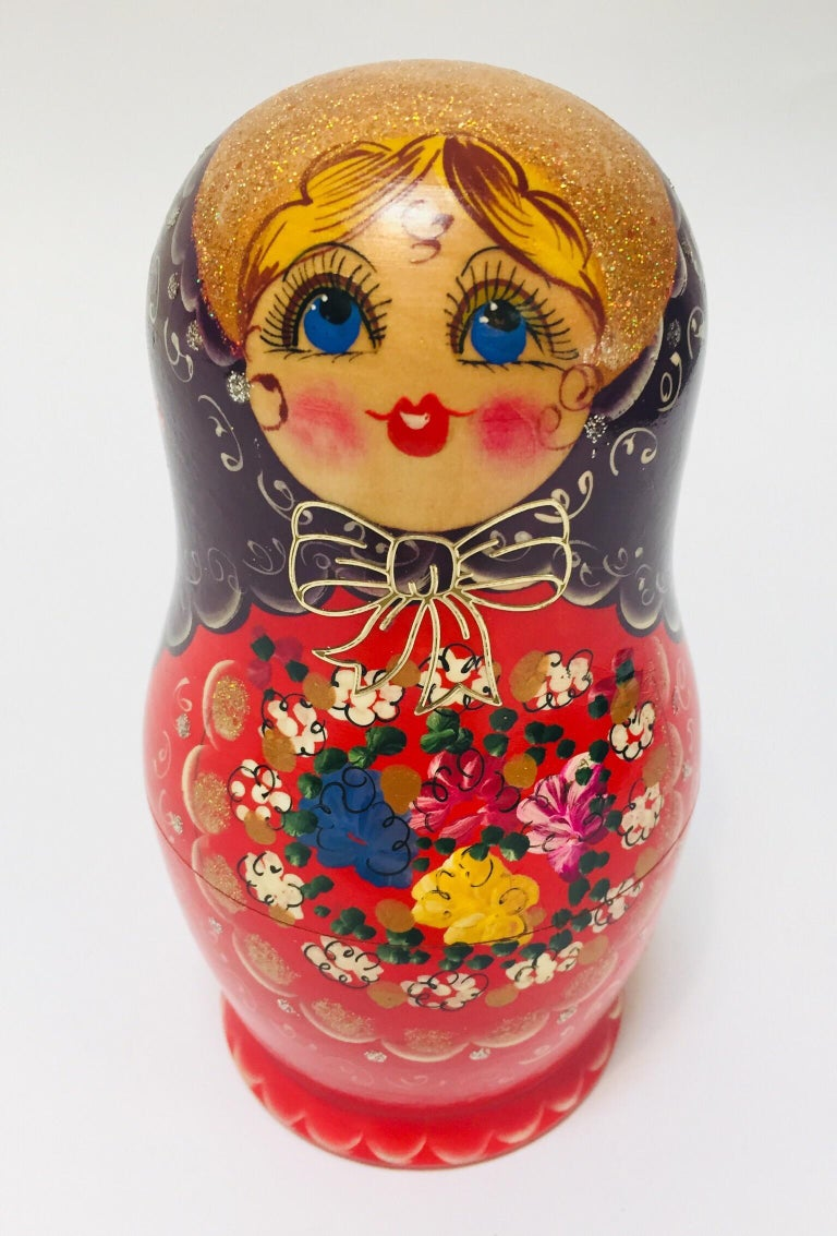 Hand Painted and Carved Nesting Matryoshka Russian Dolls In Good Condition For Sale In North Hollywood, CA