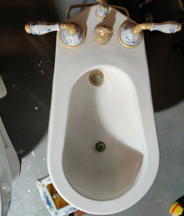 Hand Painted Sherle Wagner Porcelain Chinoiserie 'Blue Mum' Bidet Water Closet In Good Condition For Sale In Brooklyn, NY