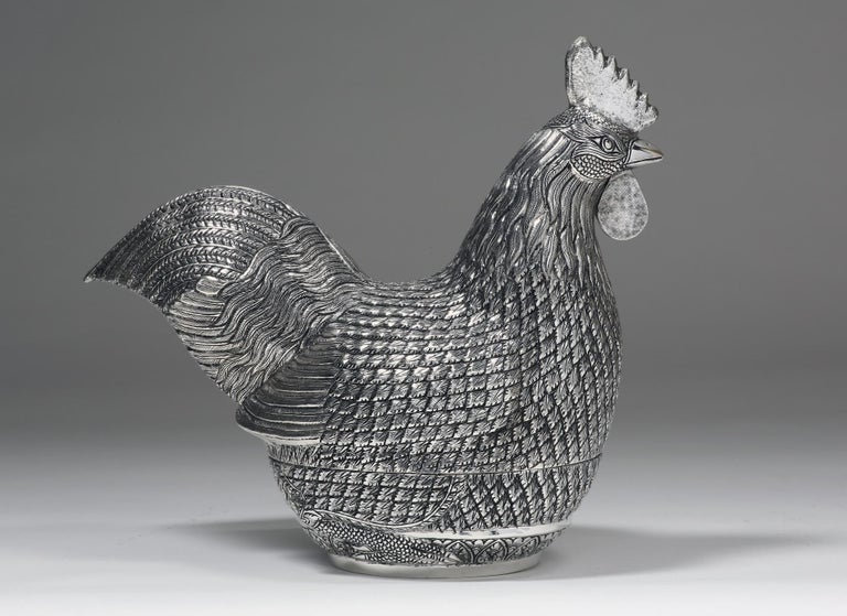 The contemporary solid silver rooster box is handcrafted by experienced silversmiths with fine techniques. Every feather on the rooster is vividly presented with details and textures. The rooster is designed to be opened for storage space. A pair