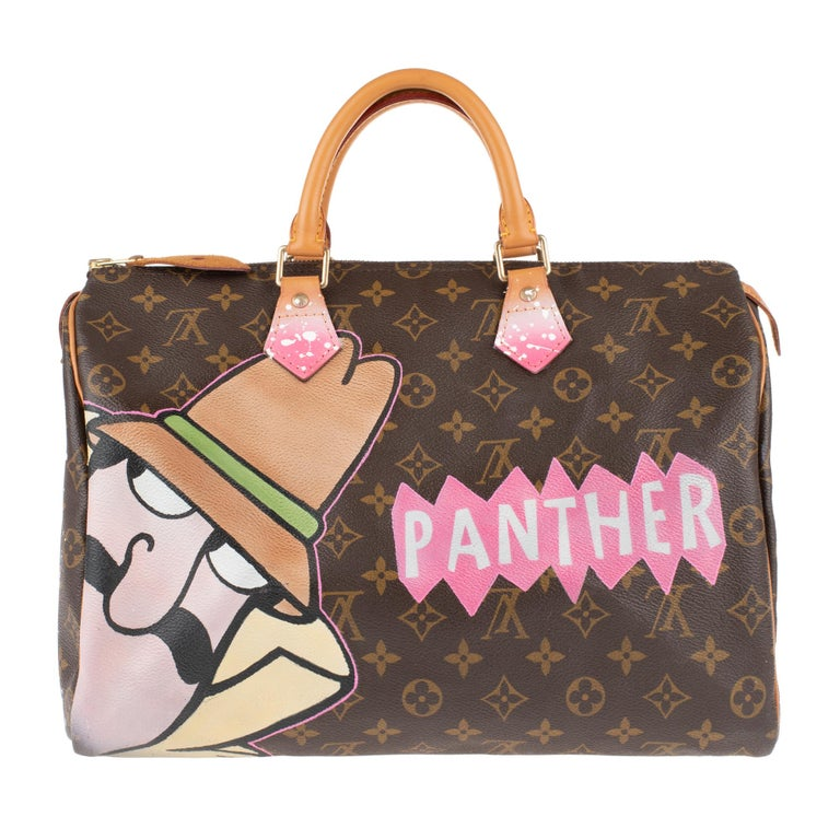 The iconic handbag Louis Vuitton Speedy 30 cm in Monogram canvas and natural leather, gold metal trim, double handle in natural leather allowing a handheld. This bag has been customized