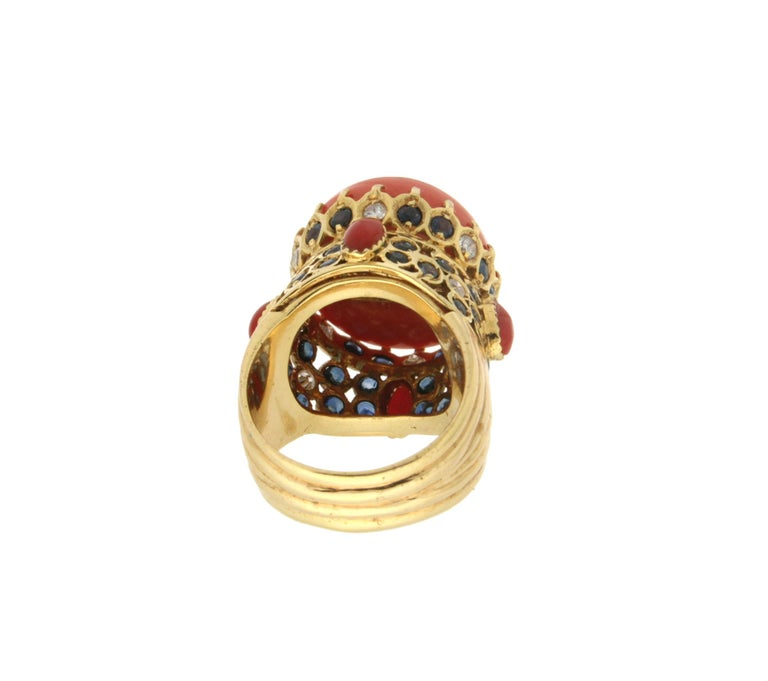 Handcraft Coral 14 Karat Yellow Gold Sapphires Diamonds Cocktail Ring In New Condition For Sale In Marcianise, IT