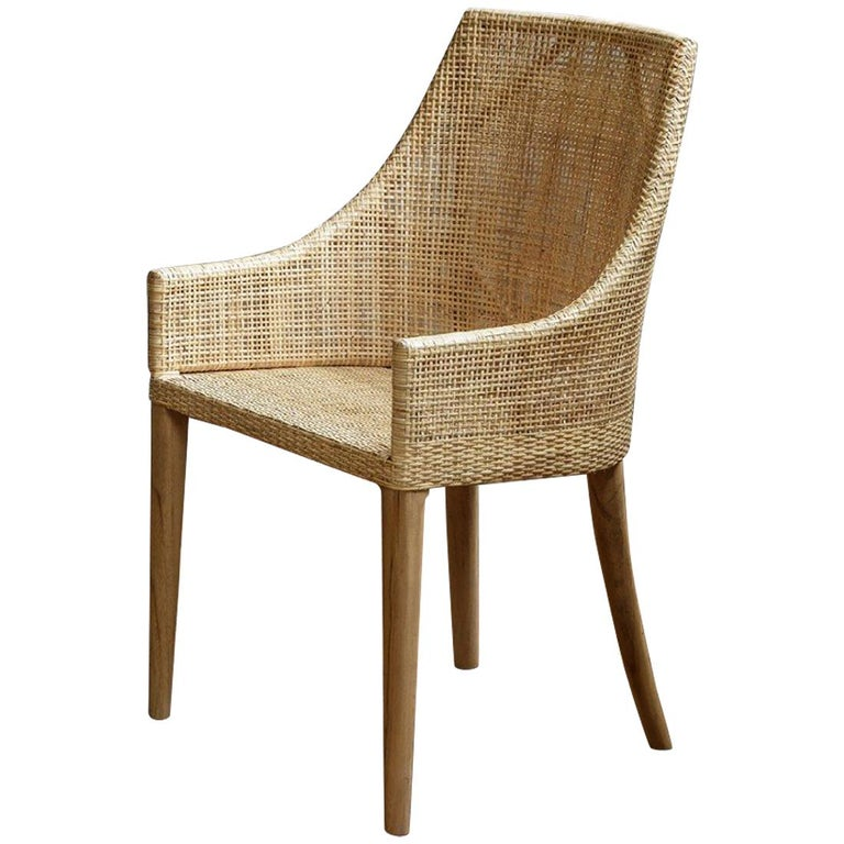 Elegant rattan armchair with a structure in natural teak and a braided rattan seating shell, combining quality, robustness and class. Perfect on your terrace, in your veranda, your winter garden, around the dining table and even in your office! In