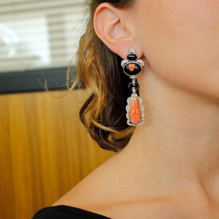 Handcrafted Dangle Earrings Diamonds, Coral, Onyx, 14 Karat White Gold In Good Condition For Sale In Marcianise, Caserta